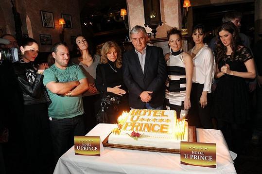 Všichni oslavenci u dortu.