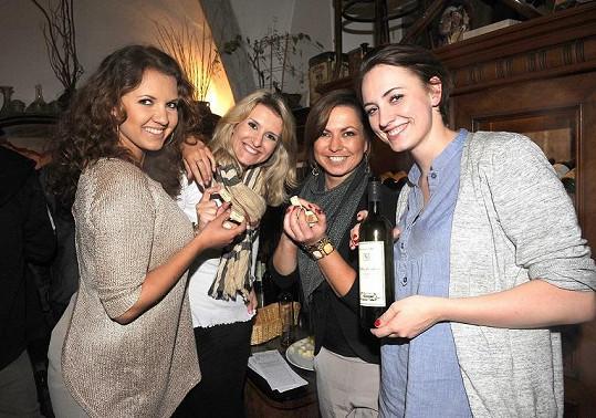 Lenka pozvala další reportérky VIP zpráv na domácí víno.