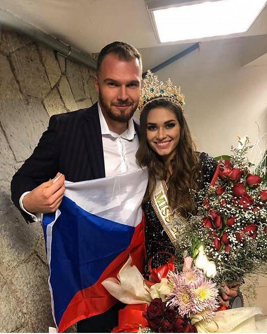 Z výhry měla radost a hned si pořídila fotky s přítelem Davidem a českou vlajkou.
