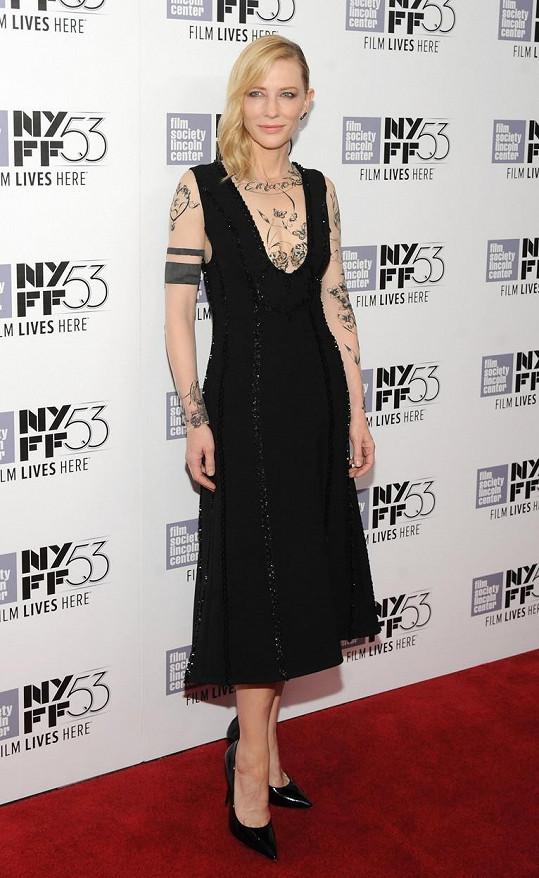 Cate Blanchett si holčičku adoptovala ke třem vlastním synům.