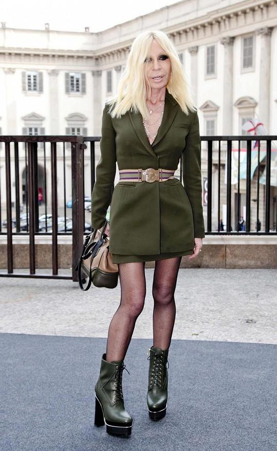 Slavná návrhářka si troufla na krátkou sukni.