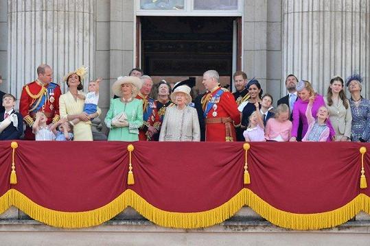 Britská královská rodina na balkoně Buckinghamského paláce, odkud v závěru Trooping the Colour zhlédla přelet stíhaček a pozdravila shromážděný lid.