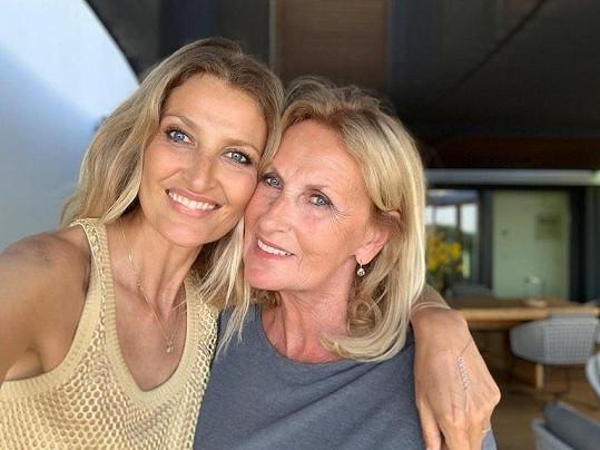 Na Den matek zase Tereza Maxová sdílela fotku s maminkou Alenou.