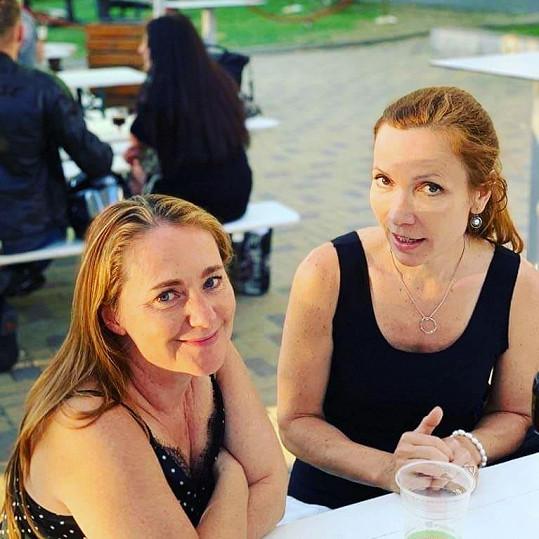 S kolegyní Stanislavou Jachnickou, která v Přátelích dabuje Phoebe.