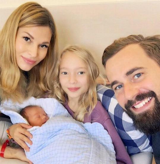 Petra Svoboda krátce po porodu s dcerou Ráchel a manželem Ondřejem