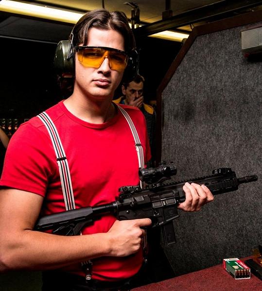 Tady vypadá jako hrdina, ale při střílení Martinovi Čermákovi zbraň prý málem utrhla rameno.