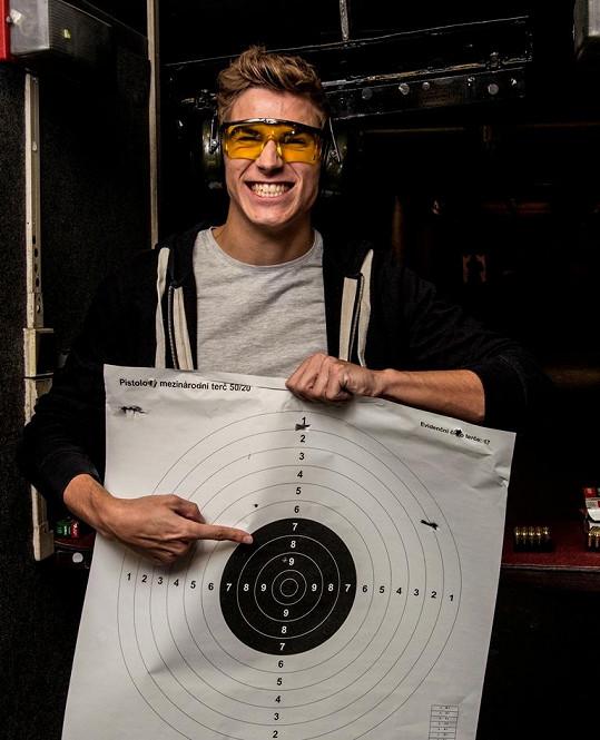 David se na den strávený na střelnici moc těšil.