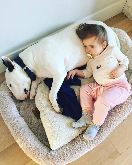 Ella a Mia jsou velké kamarádky.