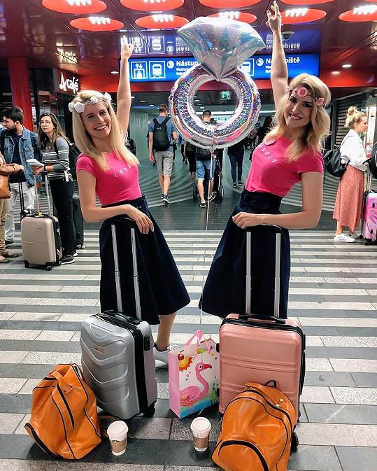 Poslední zahraniční výlet před svatbou pro ni uspořádala kolegyně a kamarádka Lenka Špillarová. Holky vyrazily jako dvojčata.