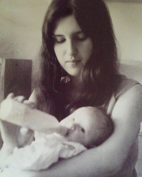 Malá Simona Krainová s maminkou