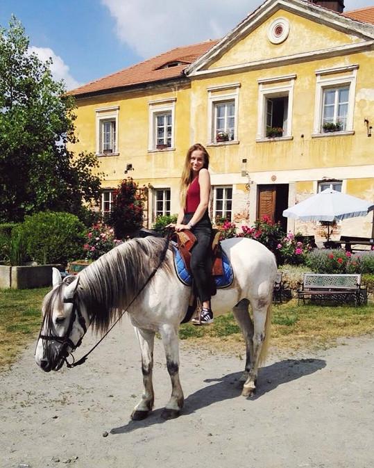 Před natáčením si musela vzít 15 lekcí, aby se naučila trochu jezdit.