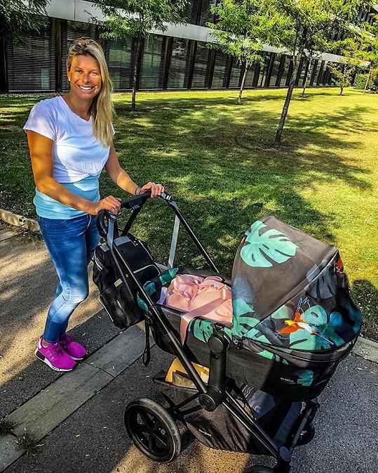 Andrea Sestini Hlaváčková s dcerou Isabellou na procházce