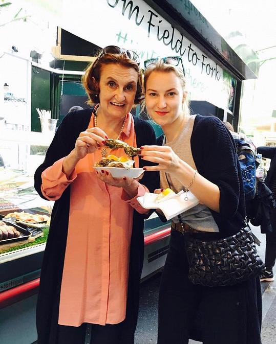 Eva Holubová snídala s dcerou Karolínou ústřice.