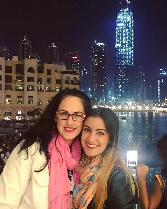 Sestry u fontány pod mrakodrapem Burdž Chalífa