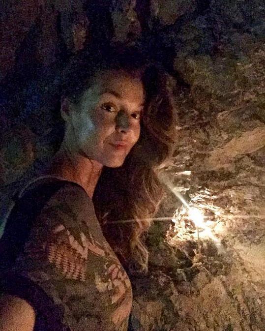 Iva se vydala do svaté jeskyně Dionýsa.