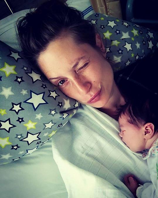 Herečka se svou novorozenou holčičkou