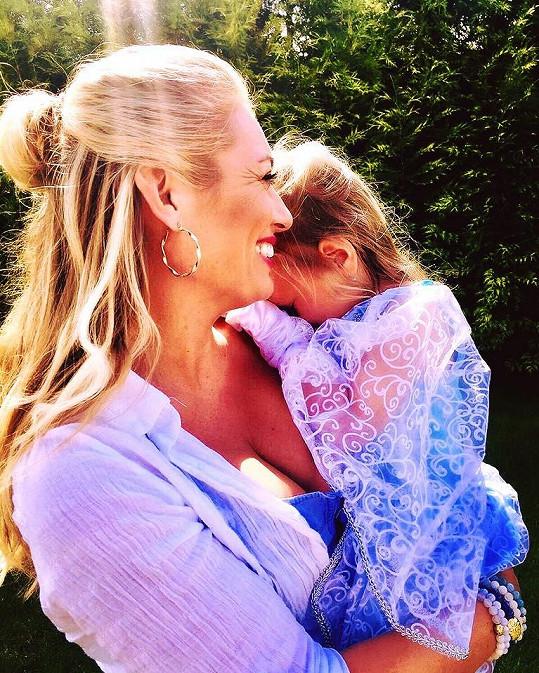 Slavila i s maminkou Lucií Borhyovou.