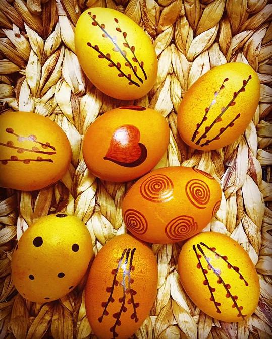 Velikonoční výtvor Ilony Csákové. Domácí vejce barvená kurkumou.