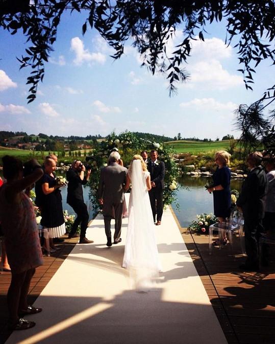 Svatební obřad proběhl u vody.