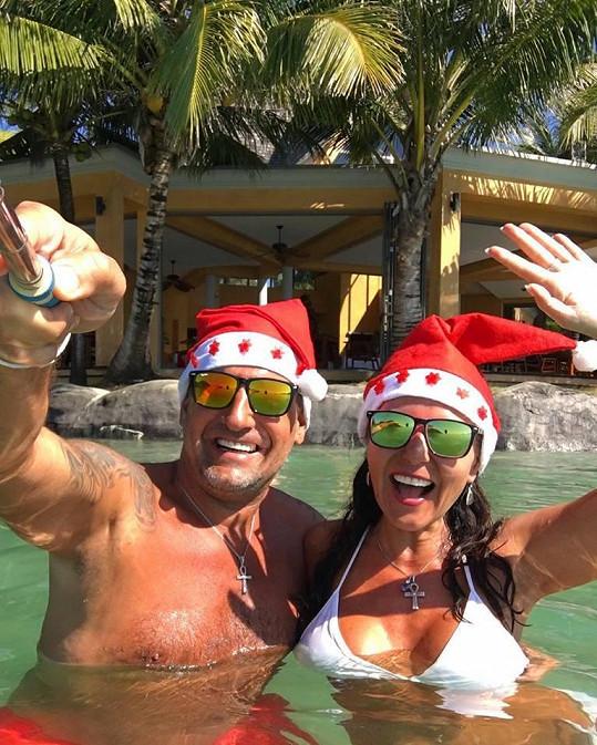 Tímhle selfíčkem se svým přítelem Petrem přála Martina Veselé Vánoce. Tomu se říká provokace.