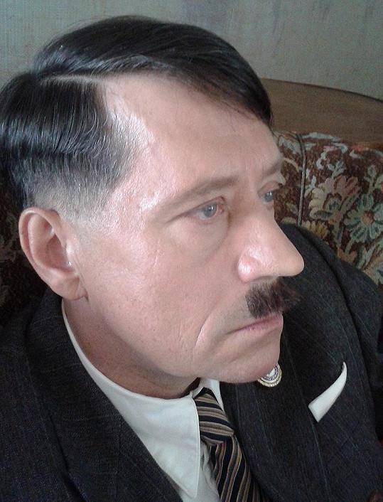 Pavel Kříž také dostal k roli Hitlera upravený nos.