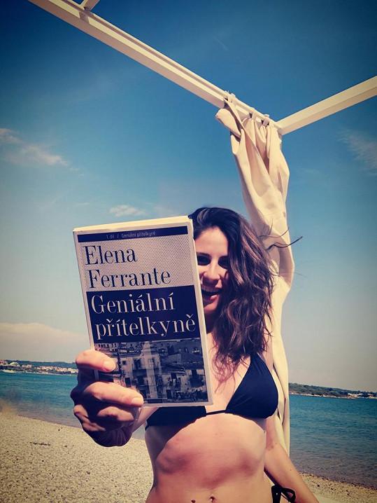 Volno u moře trávila opalováním s knihou v ruce.