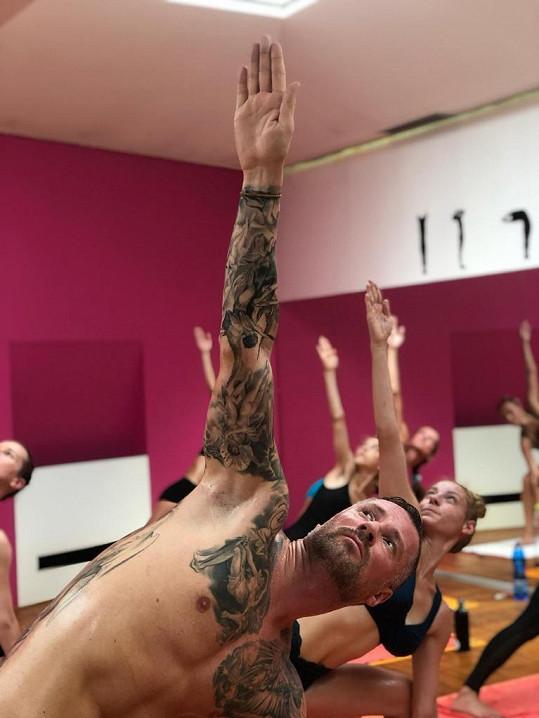 Do svého cvičebního plánu přidal i cvičení fyzické jógy ve dvaačtyřieti stupních.