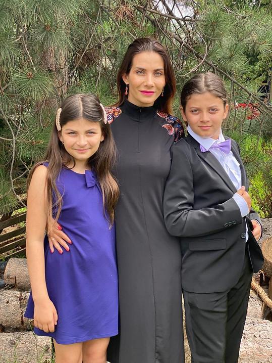 Eva Decastelo si dala záležet, aby to jí i dětem v den vysvědčení slušelo.