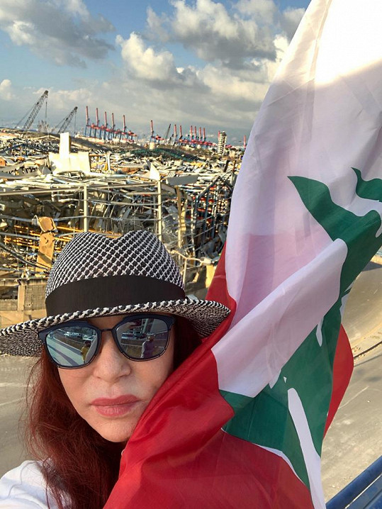 Česká designérka se fotila s libanonskou vlajkou.