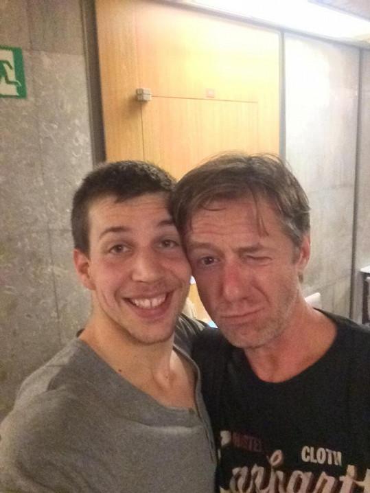 V práci maká se samými hvězdami, zde s Jiřím Langmajerem.