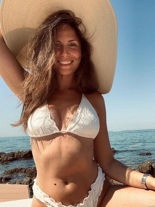 Několik dnů musela kvůli zraněné noze trávit jen na pláži.