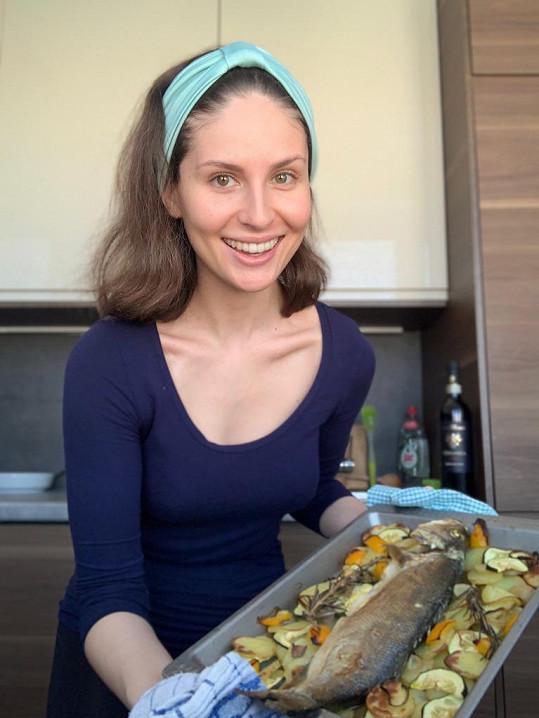 Alžbeta se během volna učí vařit.