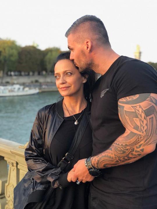 Před pár dny se spolu vydali do Paříže, kde žije zpěvaččin syn Filip.