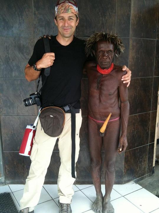 Krejčíř s velmi spoře oděným domorodcem.