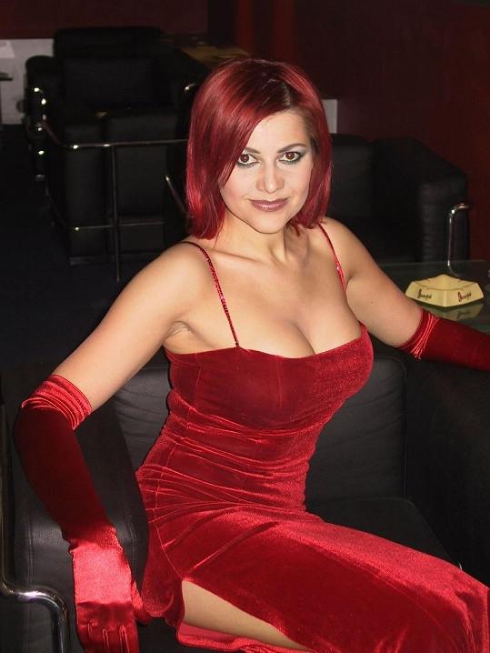 S rudými vlasy vyzbrojená silikony