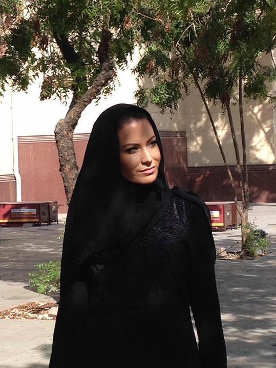 V Dubaji místo plavek oblékla tradiční oděv.