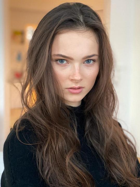 V klipu si zahrála také modelka Frederika Krenzeloková.