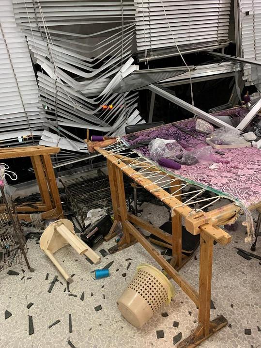 Některé výšivky byly poškozené.