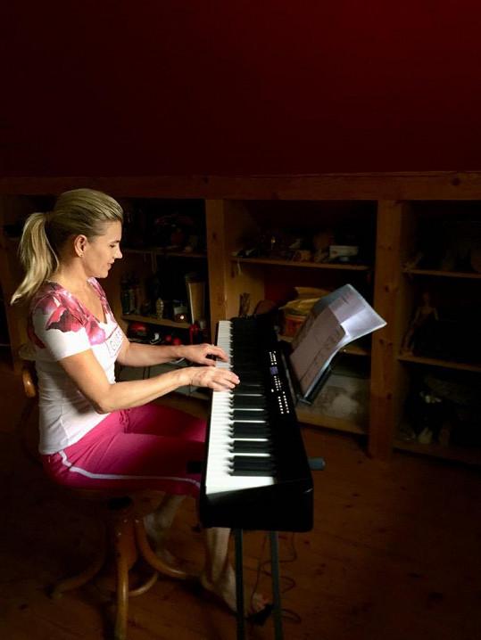 I na chalupě si sedá k pianu a zpívá si.