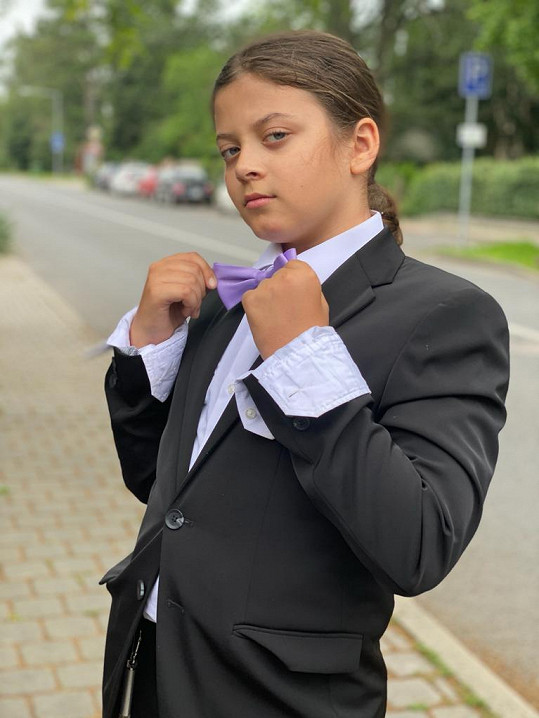 Syn Míša vyrazil pro vysvědčení jako elegán v obleku.