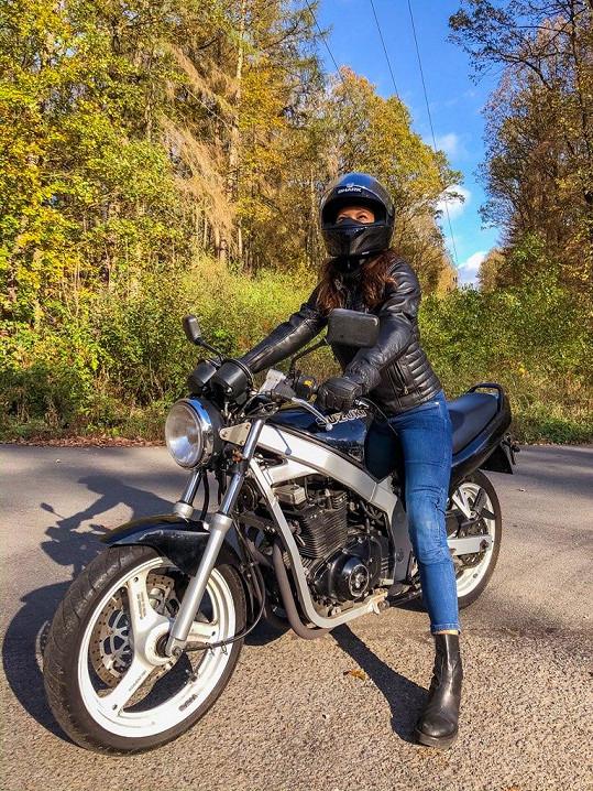 Dříve jezdila modelka na motorce jen v legínách, což dnes hodnotí jako mladickou nerozvážnost.