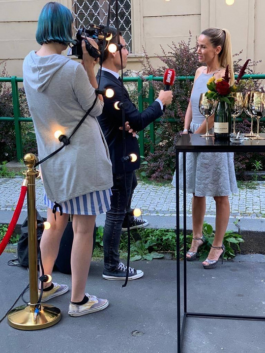 Dýdžejka Lucca na večírku ve stylu filmu La Dolce Vita