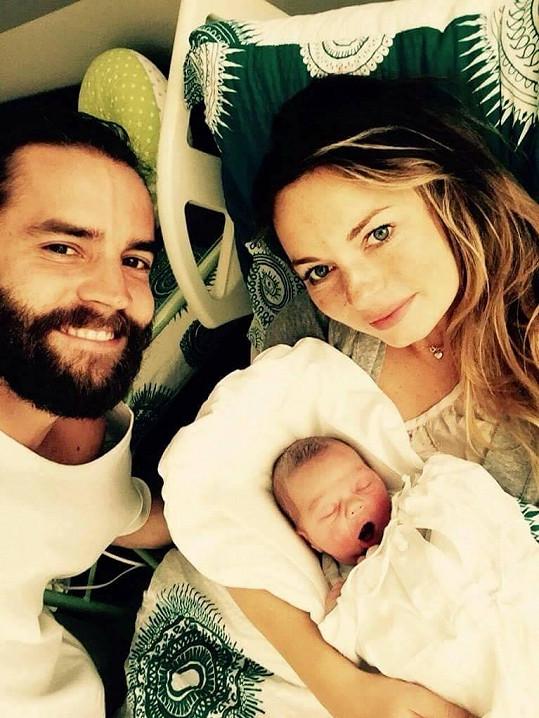 Společná selfie šťastné rodinky. S Markétou a Maxíkem pózuje hrdý otec Jan Plecháč, úspěšný designér.