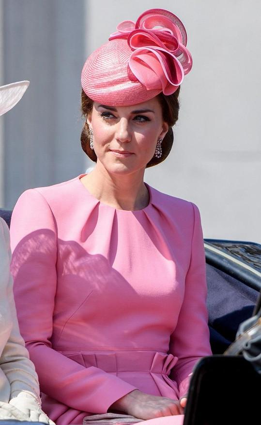 Kate zvolila jasně růžový komplet