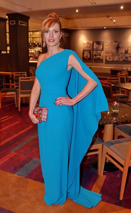 Gabriela Koukalová zvolila společenskou róbu ve výrazné modré.