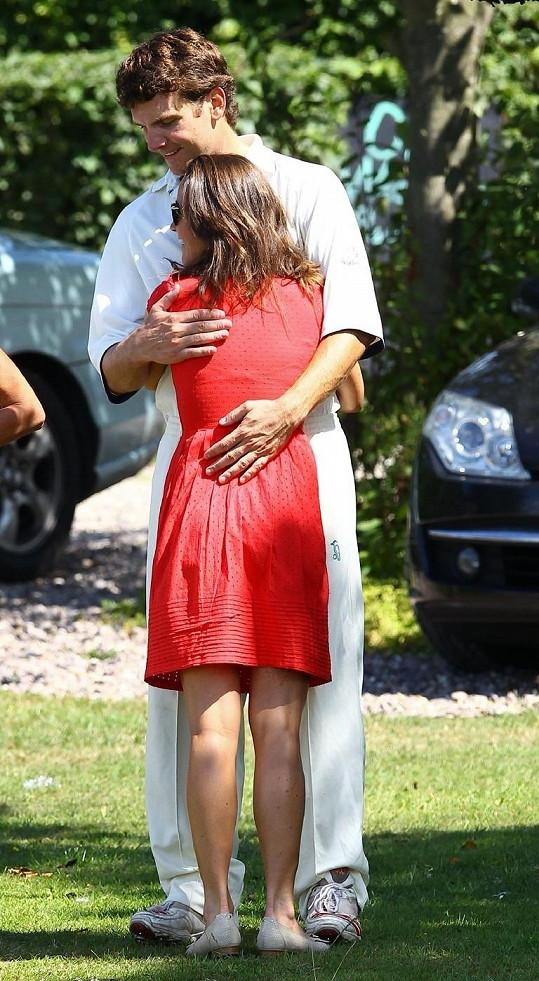 Pippa Middleton v objetí Alexe Loudona.