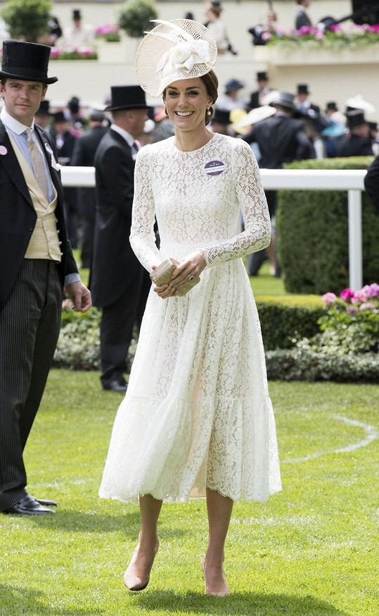 Kate oblékla krajkové šaty značky Dolce & Gabbana.