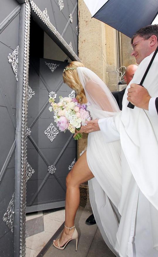 Svatební šaty rozhodně nepůsobily usedlým dojmem.