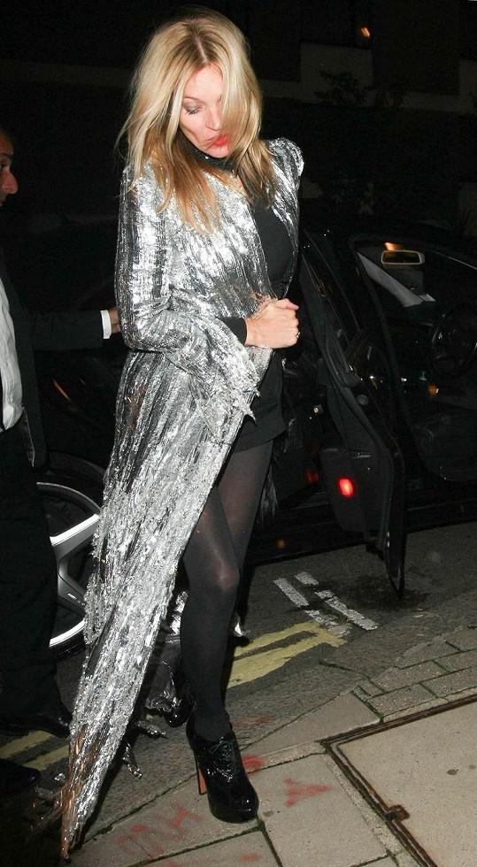 Kate Moss sobotní noc rozhodně doma netrávila.
