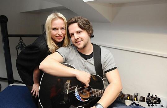 Martina s kytaristou na akci zazpívala.